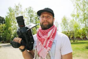 Filmaren Peter Mattsson utgår från gamla skolan i Lilltjära men jobbar över hela världen.