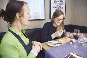 Pua Övergaard bjuder under matveckan matgästerna på Villa Tottebo i ostens förlovade smakrike. Här är det Katja Wigren som provar på.
