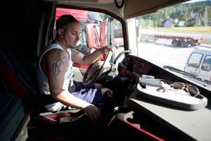 André Barabas tar sig bekymmerslöst in och ut ur lastbilshytten.