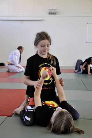 Joeline Sandberg, 11 år, övar tillsammans med Alva Broms-Sundholm, 10 år. Båda tycker lägret är roligt och kan tänka sig att träna vidare i höst.