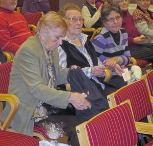 Wava, Birgitta och Maj-Lis är spända på om de skall vinna på årorna.
