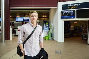 Med en lätt packning begav sig Joakim Nilsson ner till Holland och Nijmegen under torsdagen för läkarundersökning och påskrift.