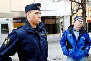 Pär Sundin, polisens ungdomsgrupp, och Peter Wrangel, fältarbetsgruppen, vill att föräldrar stannar kvar ute på stan senare på valborgsmässoafton.