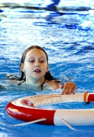 Trevande räddning. Hanna Söderblom fick chansen att lära sig det mesta om livräddning med livboj.