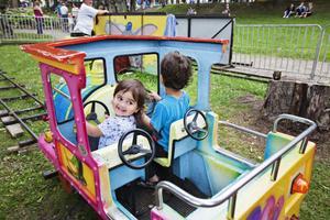 Linnea och Vincent Wengberg åker tåg på nya tivolit.
