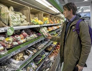 vitamindisk. David Stenholtz letar vitaminer i frukt och -grönsaksdisken.