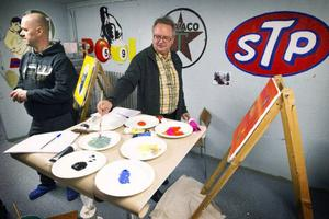Björkebo firade femårsjubileum med öppet hus. Besökaren Odd Lian provade på speedpainting under Thobbe Fredrikssons ledning.