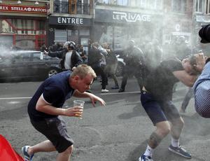 Engelska fans blir sprejade med pepparsprej av fransk polis.