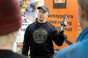 Dragracingstjärnan Micke Kågered berättade om verktygslära och racing för eleverna på Västermalms fordonsprogram.