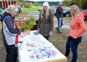 Lotta Bergman från Klövsjö handlade tunnbröd av Pernilla Jonsson och Margareta Nilsson-Jonsson.