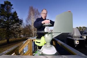 Tre gånger i veckan vittjar Torbjörn Åslin pollenfällan vid Sidsjö vattenverk.