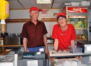 Birgitta och Göran Löfgren, i sitt esse i Smulans grill i Hammarstrand.