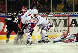 Timrås målvakt Johan Backlund försöker sitt yttersta för att hindra Jonas Holös från att göra 2–0 till Färjestad – utan att lyckas. Även Fredrik Hynning är på efterkälken precis som hela Timrå var i gårdagens 3–0-förlust.