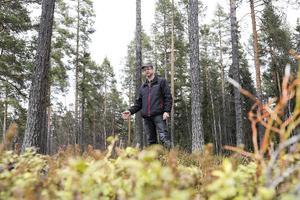 Lars Inge Lööv ovanpå den kolbotten som finns kvar efter en av många liggmilor i skogarn runt Sveg. Det blir som en upphöjd fyrkant i terrängen.