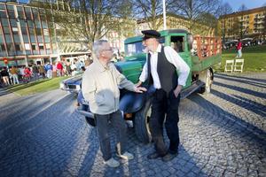 LASTBIL. Anders Berggren från Valbo visade upp sin lastbil av märket Chevrolet på cruisingen i Gävle på lördagskvällen. Hans farfar köpte lastbilen i Stockholm år 1936 och hytten tillverkades av Valbo Verkstads AB. Lennart Ekström känner igen Anders och visar sig dessutom ha jobbat på Valbo Verkstads AB och tillverkat sådana hytter på 1940-talet.