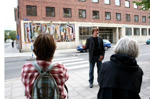 Verket Folkvimmel av Nils Wedel består av 150000 små mosaikbitar.– Konstverket är en avspegling av gatan utanför, berättar Daniel Eklund, intendent på Sundsvalls museum.