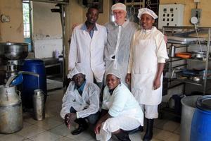 Bertil Wennberg med några ur personalen i mejeriet vid Fukeni som ligger vid sluttningen av Kilimanjaro.