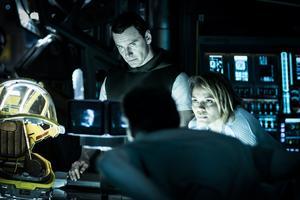 Michael Fassbender lyser i dubbelrollen som humanoiderna David och Walter i