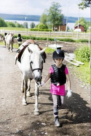 """8-åriga Emmy Kandel från Frösön har ridit i några år. """"Förra året var det en hopptävling i Hara, den vann jag"""", berättar hon."""