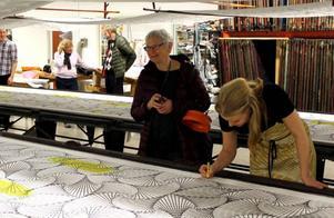 Katarina Widegren arbetar med sitt Vectorine-mönster, tillsammans med besökare, under lördagens performance