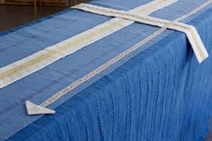 Den som vill kan pryda täcket med tre olika bårder – en vävd, en knypplad och en broderad.