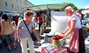 """Maria Lilja, från Fagerdal, sålde tunnbröd till besökarna på marknaden. Här är det Berit Pålsson som får provsmaka tunnbröd. """"Det finns något för alla på marknaden"""", säger Maria Lilja. Foto: Jonas Ottosson"""