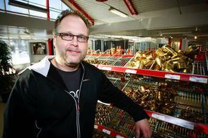 – Det finns många saker att tänka på för den som vill spara energi. Det behöver inte ens vara stora investeringar.  Många bäckar små kan ge fina resultat, säger Mikael Marklund som ansvarar för butiken i Odensala.