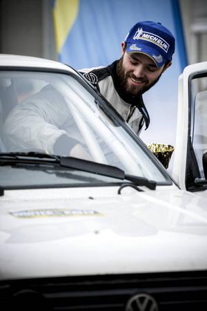 Oskar Brorsson ska ut i klassen för trimmade tvåhjulsdrivna bilar. Lillebror Anton läser noterna.
