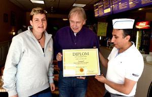 Maria Engvall från Forsa Gård och Olle Bengtsson från LissEllas senap delade ut diplomet till Nevzat Gümüs på Stora Skedvi restaurang och pizzeria.