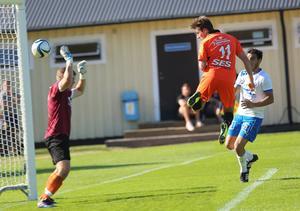 Jonathan Andersson nickar in 3-0 efter dryga kvarten spelad på Svedjevallen. Ytterhogdal vann mötet mot Forssa med 5-2