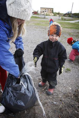 Jonathan Bergvall, 4 år, plockade skräp vid Kyrksjön i Ljusdal som han stoppade i säcken som 11-åriga Emma Ljus höll upp åt honom.
