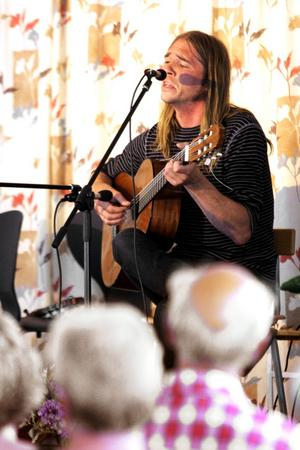 Johan Rydholm var en av två yngre vissångare på årets festival i Dalkarlsbergsparken.