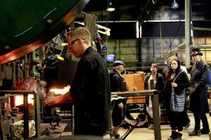 Givetvis ville många göra ett besök i yxfabriken och se hur smederna – här är det Ulrik Nilsson – bearbetar det glödande järnet.