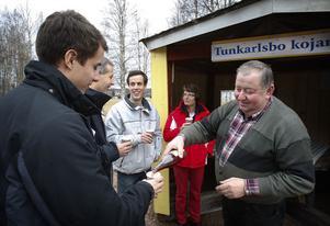 Sven-Erik Danielsson firade in säsongsstarten för den upprustade rastplatsen med att bjuda på lokalproducerad dryck. Familjen Näkne, på resa från Norrköping till skidsemester i Orsa, uppskattade initiativet.