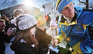 Det var många som ville ha en pratstund, en autograf och känna på Daniel Richardssons OS-guld.