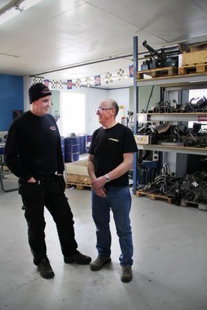 Thomas Persson och hans pappa Kalle Persson är delägare i Custom Parts Service. Thomas är vd och Kalle är ekonomiansvarig.