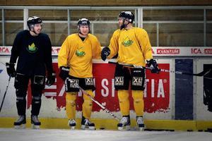 Petter Lindell-Thelin, Kalle Johansson och Chad Wiseman hade roligt under tisdagskvällens träning.