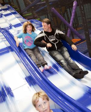 Julia Blomquist har autism och ADHD. Hennes tidigare besök på lekland har resulterat i utbrott.– Det blir för mycket stimuli med många barn, säger hennes pappa Torbjörn Andenius.