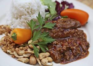 Strimlad biff med lök, grönsaker och cashewnötter är starkt kryddad med sambal oelek. Ris är det självklara tillbehöret.