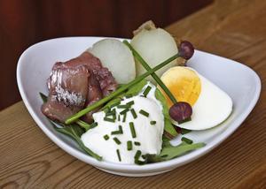 Matjessill med gräslök, ägg och gräddfil är midsommarsmaker i koncentrat.