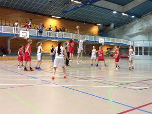 Matcherna spelades i en nybygg och mycket ovanlig hall i Stjördal. Hallen är bygg i ett bergrum.