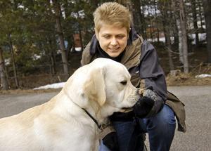 Doften av mineral. Labradoren Figaro ska med matte Linda Olssons hjälp lära sig att hitta fyndigheter i marken.