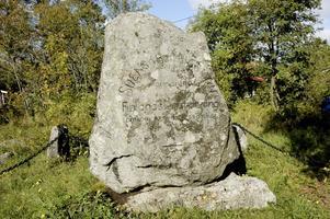 """MINNESMÄRKE. Stenen, som restes 12 juni 1916 på Oxharen på Limön av Gävle landstormsförening, har inskriptionen:   """"Ett 100-tal svenska krigsmän stormdrifna på väg till Finlands undsättning omkommo vid dessa skär den 2 Okt. 1808 och jordades här."""""""