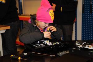 Nellie Annerstedt skruvade på för fulla muggar när Teknikhuset i Strömsund invigdes på måndagen.