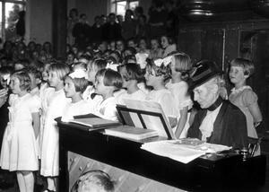 Alice Tegnér och barnkör i maj 1938.