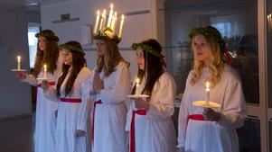 Nathalie Edenborg, Vendela Harling, Inez Åkerbäck, Linnea Karlsson och Ellinor Lagerberg lussar på många platser i Nynäshamns kommun.