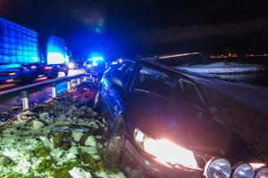 I blixthalkan på onsdagskvällen sladdade ett par i en bil av Vallsundsbron, på Frösösidan där bron vilar på land.