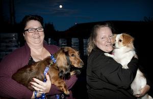 Carina Hagström, 49, med Yaya och Marie Svensson, 45, med Ebba såg fram emot en skön promenad i månljusets sken.