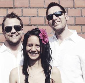 Kim och Tomas, tillsammans med Kims dotter Norea, på bröllopsdagen.