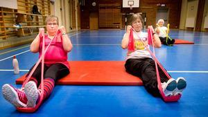 Armträning. Med hjälp av elastiska band tränar Ingrid Karlsson Larsson och Lena Jansson armmusklerna.